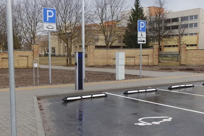 Graužinių gatvėje pradėjo veikti pirmoji Molėtų mieste elektromobilių krovimo stotelė