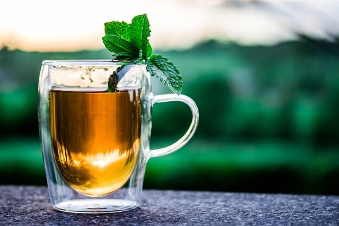 Kodėl alergiškiems žmonėms rekomenduojama vengti medaus ir šviežių žolelių arbatos?
