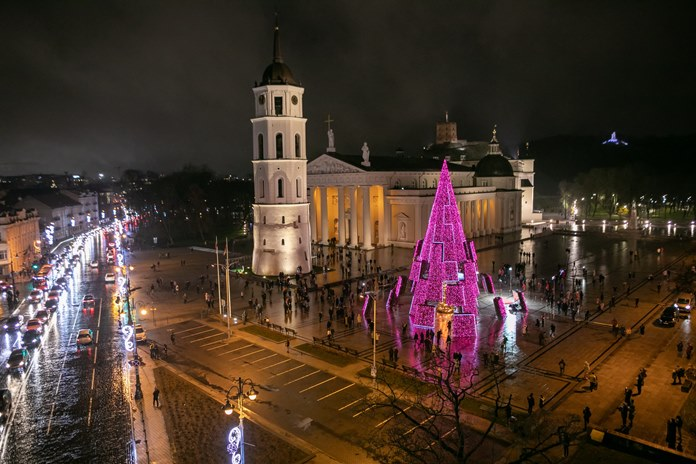 Vilniaus Katedros aikštėje įžiebta siurreali Kalėdų eglė